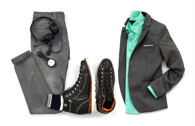 Homens roupas conjunto com bota preta, relógio, fone de ouvido cinza jeans e terno cinza isolado em um fundo branco, vista superior Foto Premium