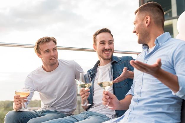 Homens, tendo, um, diálogo, em, um, partido Foto gratuita