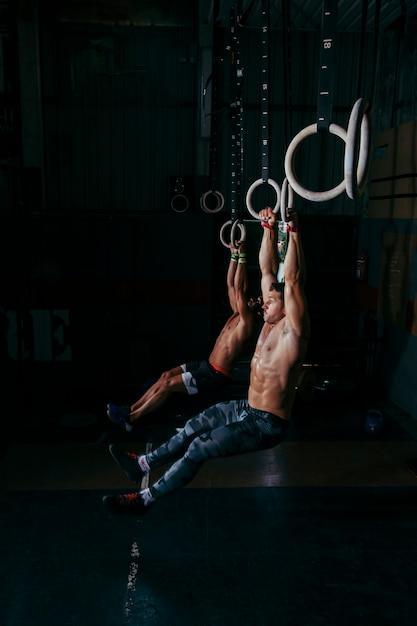 homens treinando em anéis baixar fotos gratuitas