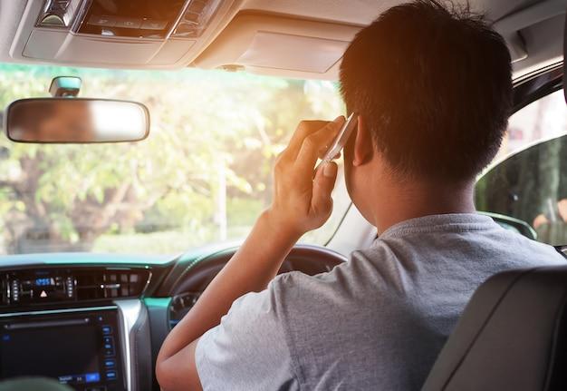 Homens usam celular enquanto dirigem Foto Premium