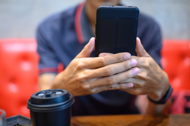 Homens verificam e-mails com telefones celulares. Foto Premium