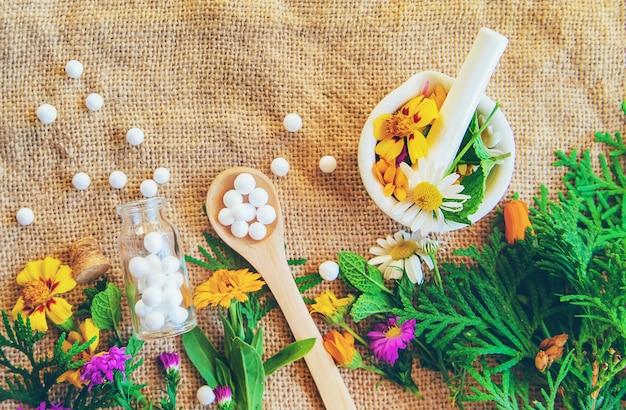 Homeopatia, extratos de ervas em pequenas garrafas. Foto Premium
