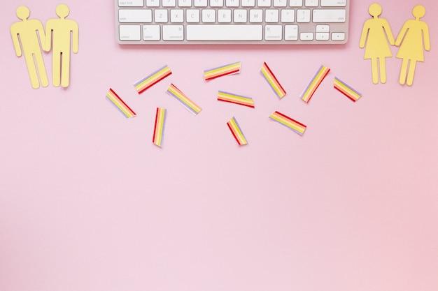 Homossexual casais ícones com arco-íris de papel e teclado Foto gratuita