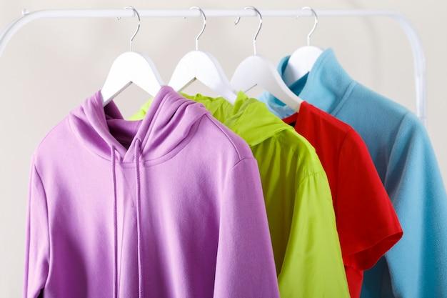 Hoodie desportivo colorido e t-shirt Foto Premium