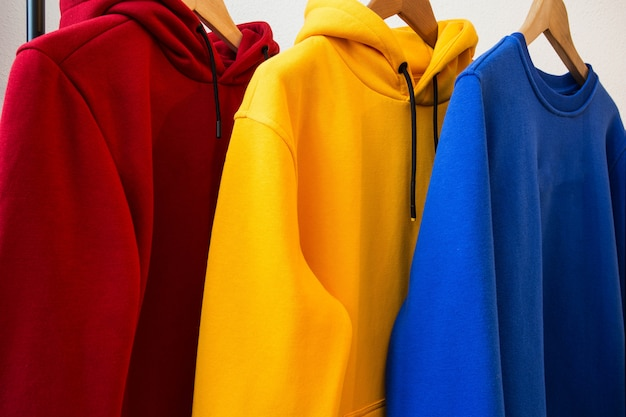 Hoodies coloridos em cabides close-up design moderno Foto Premium