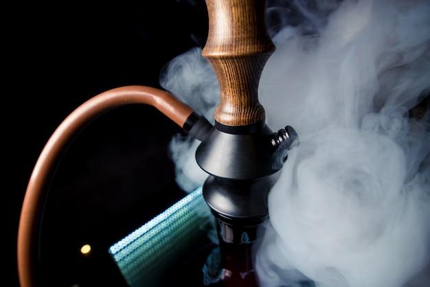Hookah marrom-preto bonito no copyscape da fumaça Foto Premium