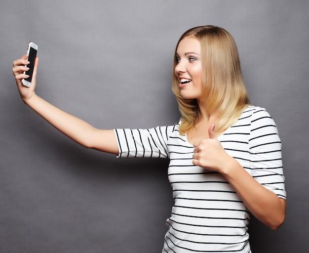 Hora da selfie. mulheres jovens alegres fazendo selfie por seu telefone inteligente Foto Premium