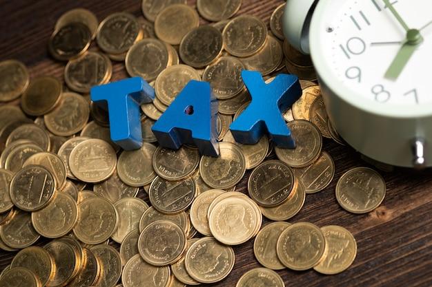 Hora de pagar o conceito de imposto Foto Premium