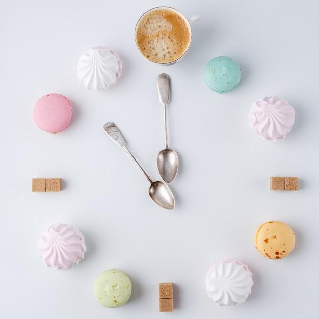Hora de tomar café, um relógio em forma de café, macarons, açúcar, marshmallow, Foto Premium