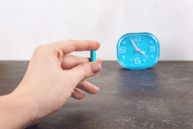 Hora de usar a pílula. pílula cápsula azul brilhante Foto Premium
