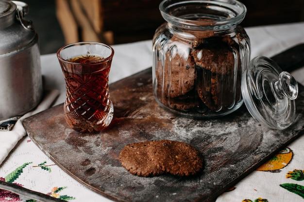Hora do chá com biscoitos biscoitos marrom Foto gratuita