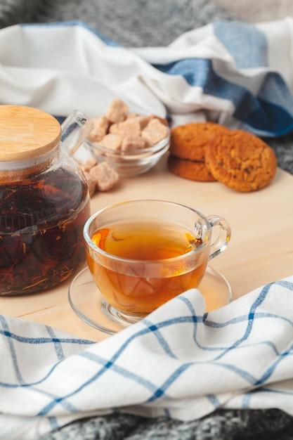 Hora do chá. xícara de chá em uma mesa lindamente decorada Foto Premium