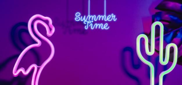 Horário de verão com rosa flamingo, cacto e monstera folha com luz rosa e azul neon.vacation Foto Premium