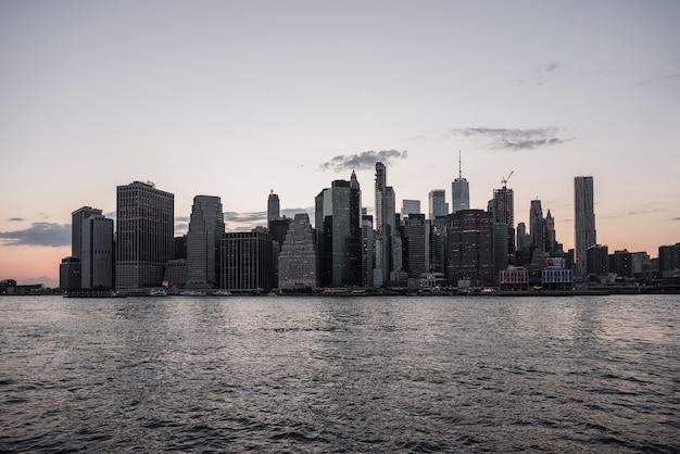 Horizonte da cidade de nova york com água Foto gratuita