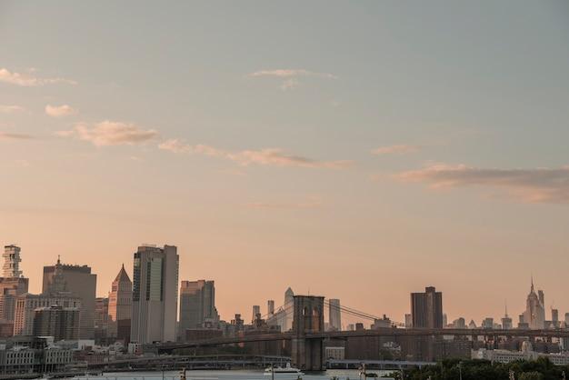Horizonte da cidade de nova york com ponte de brooklyn Foto gratuita