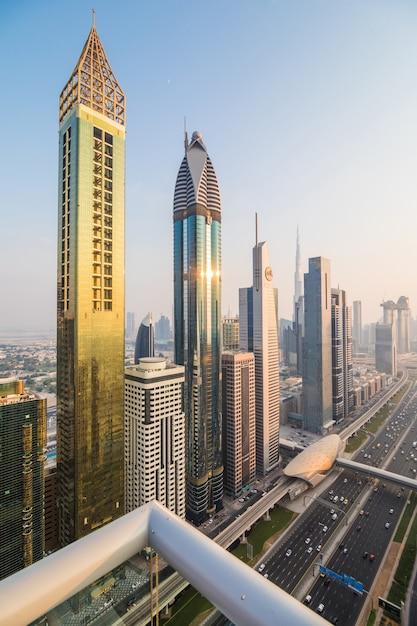 Horizonte de dubai e arranha-céus no centro na sunset. conceito de arquitetura moderna com edifícios altos na mundialmente famosa metrópole dos emirados árabes unidos Foto gratuita