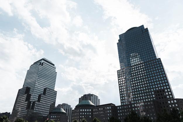Horizonte de edifícios modernos de baixo ângulo Foto gratuita