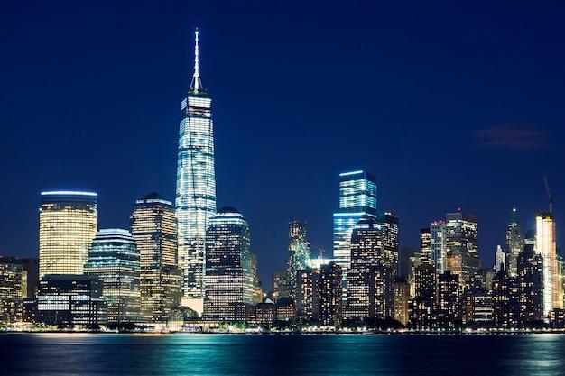 Horizonte de manhattan ao anoitecer, nova york, estados unidos Foto gratuita