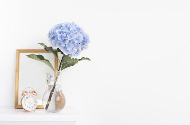 Hortensia azul flores no vaso com moldura de madeira no interior de provence Foto gratuita
