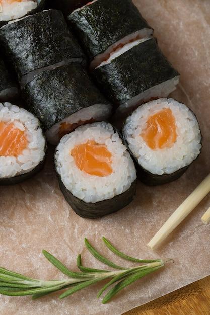 Hosomaki rola o close up em uma placa preta com foco seletivo. rolos com algas, arroz, salmão Foto Premium