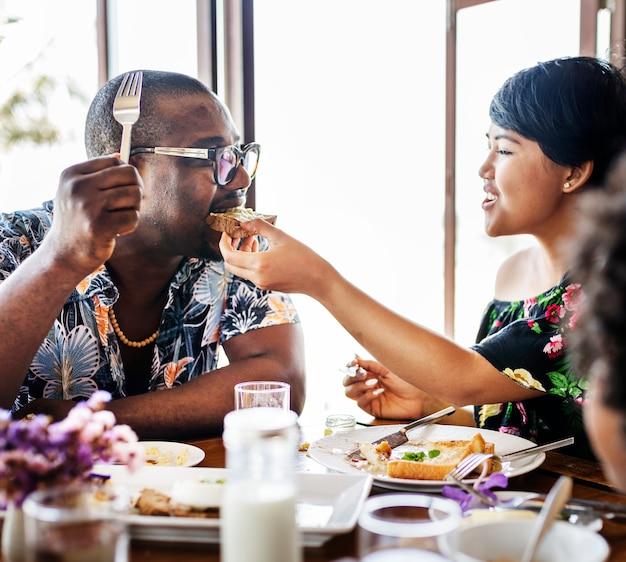 Hóspedes tomando café da manhã no restaurante do hotel Foto Premium