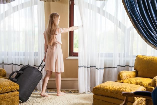 Hotel de cinco estrelas de luxo recebe os hóspedes em um fim de semana. Foto Premium