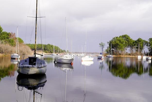 Hourtin medoc água lago barcos ancorados ao nascer do sol Foto Premium