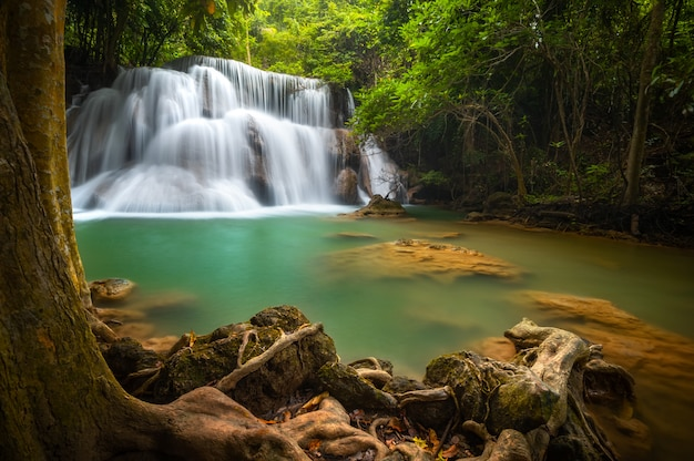 Huay mae khamin cachoeira, esta cascata é verde esmeralda na província de kanchanaburi, thailan Foto Premium