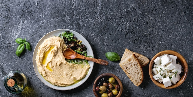 Hummus com azeitonas e ervas Foto Premium