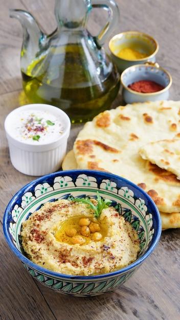 Hummus e pão de trigo Foto Premium