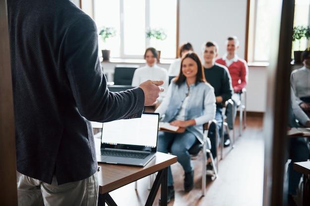 Humor alegre. grupo de pessoas em conferência de negócios em sala de aula moderna durante o dia Foto gratuita