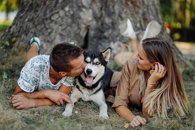Husky e jovem casal Foto gratuita