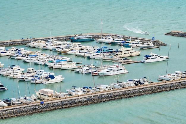 Iate de barco de luxo no oceano e mar Foto gratuita