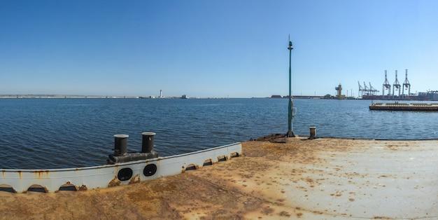 Iate de estacionamento no porto de odessa, ucrânia Foto Premium