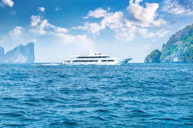 Iate luxuoso na ilha redonda do mar perto da ilha de phi phi, tailândia. Foto Premium