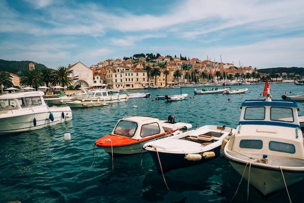 Iates ancorados ficam na cidade portuária Foto gratuita
