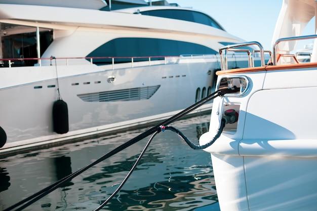 Iates de luxo ancorados na marina de cannes Foto Premium