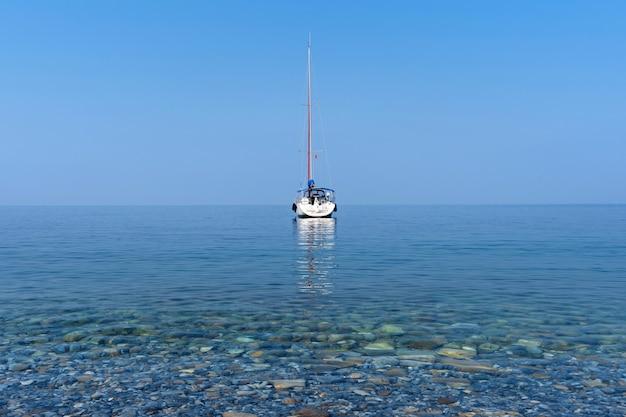 Iates de luxo no oceano azul. Foto gratuita