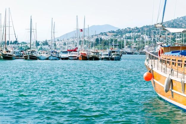 Iates e barcos turísticos na marina de bodrum. bodrum é uma popular cidade turística de praia na turquia. Foto Premium