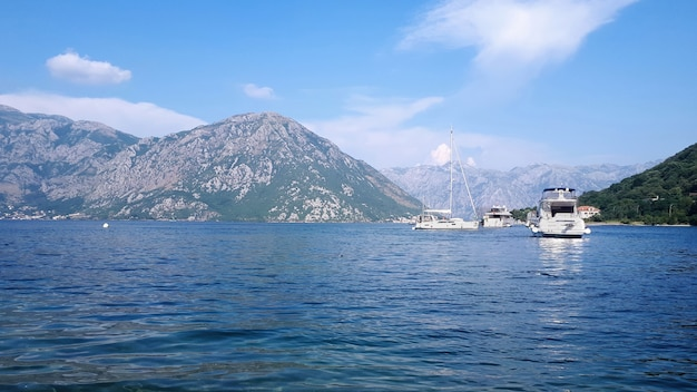 Iates na baía de kotor, montenegro Foto gratuita