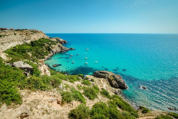 Iates na baía do mar tropical azul Foto Premium