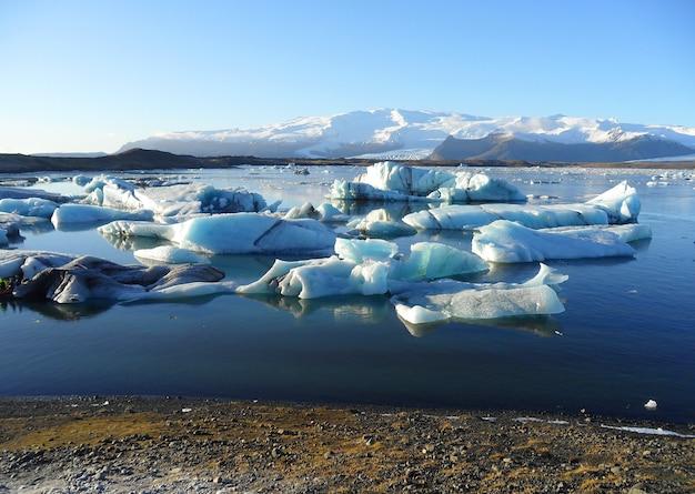 Icebergs azul, flutuante, em, jokulsarlon, geleira, lagoa, cedo, inverno, em, sul, islândia Foto Premium