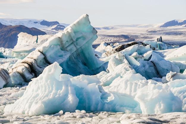 Icebergs flutuando na lagoa da geleira jokulsarlon, na islândia Foto gratuita