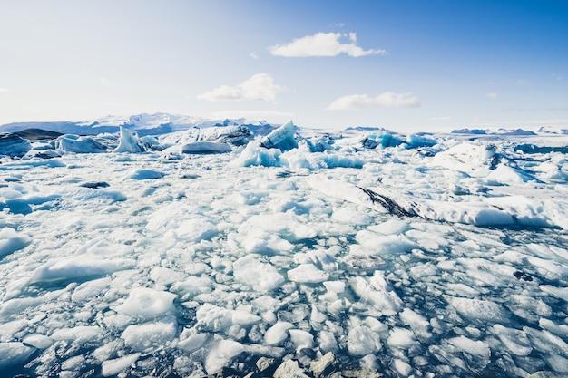 Icebergs flutuando na lagoa da geleira jokulsarlon Foto gratuita