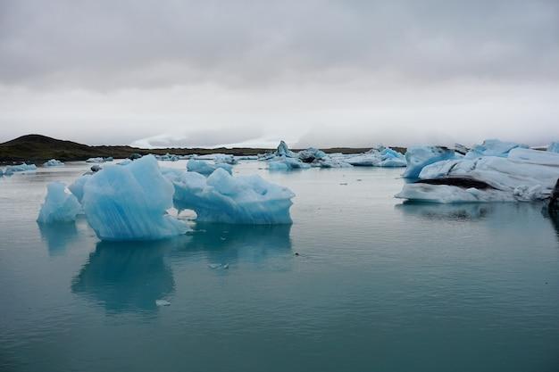 Icebergs na lagoa da geleira de jokulsarlon. parque nacional de vatnajokull, islândia. Foto Premium