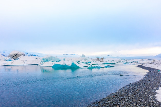 Icebergs na lagoa da geleira, islândia Foto Premium