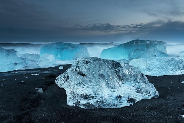 Icebergs na praia de diamantes na islândia Foto Premium
