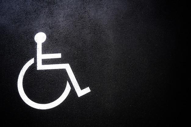 Ícone de pessoas com deficiência ou símbolo de deficiência no espaço de estacionamento. Foto Premium
