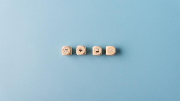 Ícones de contato e comunicação em dadinhos de madeira Foto Premium