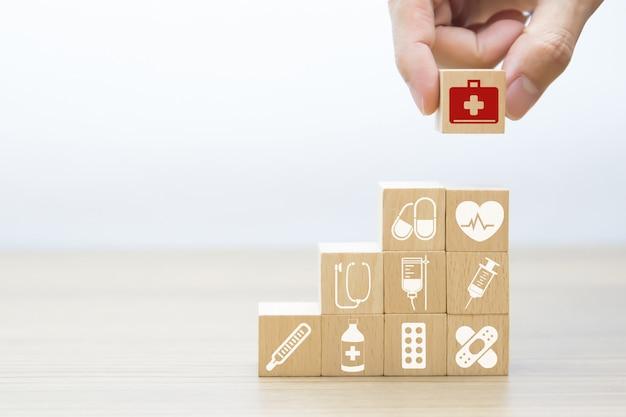 Ícones gráficos médicos e da saúde em blocos de madeira. Foto Premium